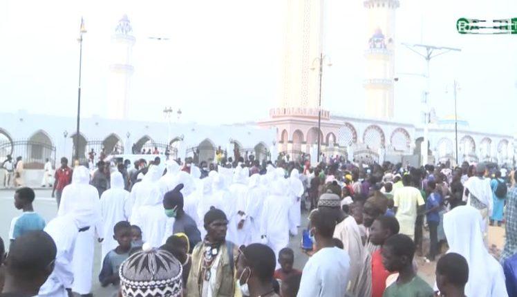 Des individus habillés en blanc tentent de faire le Tawaf tour de la grande mosquée de Touba comme à la Mecque