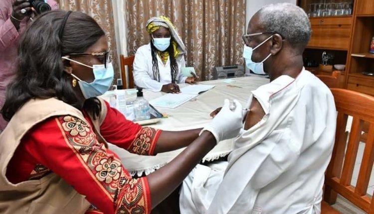 Monseigneur Benjamin Ndiaye se vaccine
