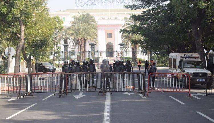 le Palais de la République barricadé