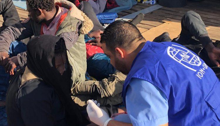 Des migrants qui ont été renvoyés sur les côtes en Libye après avoir tenté de traverser la mer Méditerranée vers l'Europe