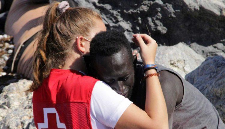 Une volontaire de la Croix Rouge réconforte un jeune migrant sénégalais par un câlin et affole la toile