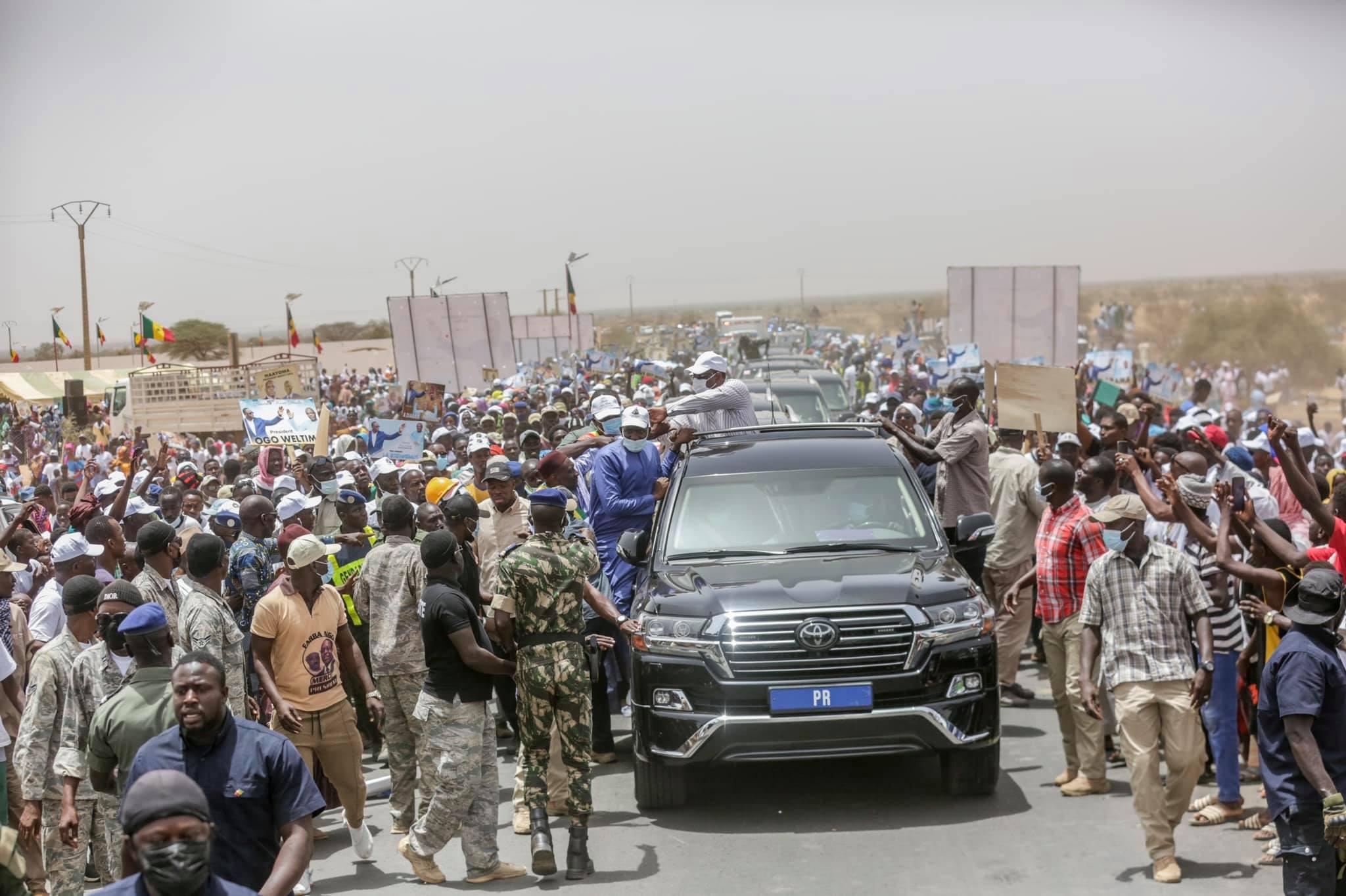 Arrêt sur image - Macky Sall invite le Dg de l'Artp, Abdoul Ly à le rejoindre sur son véhicule (1)