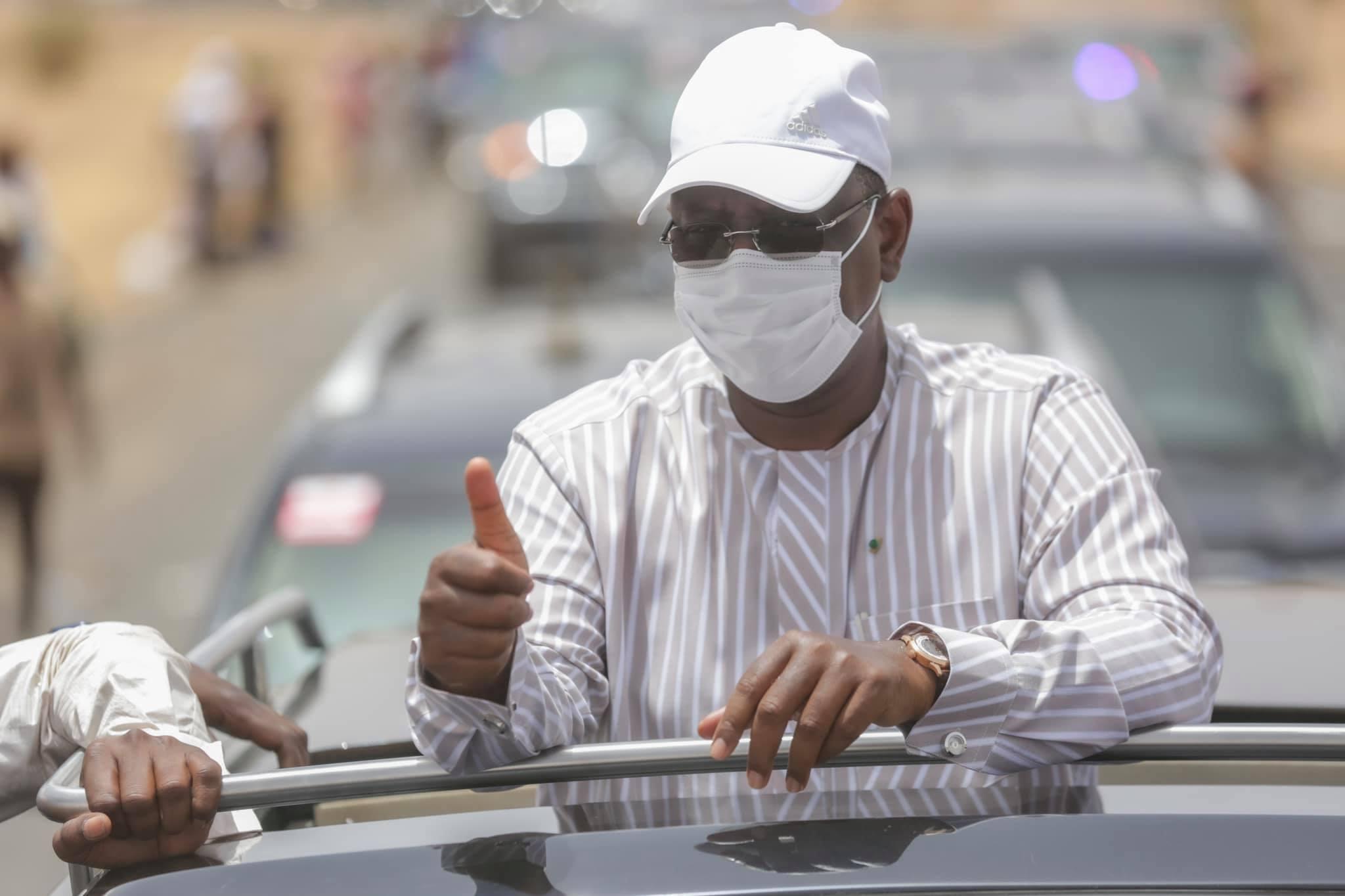 Arrêt sur image - Macky Sall invite le Dg de l'Artp, Abdoul Ly à le rejoindre sur son véhicule (3)