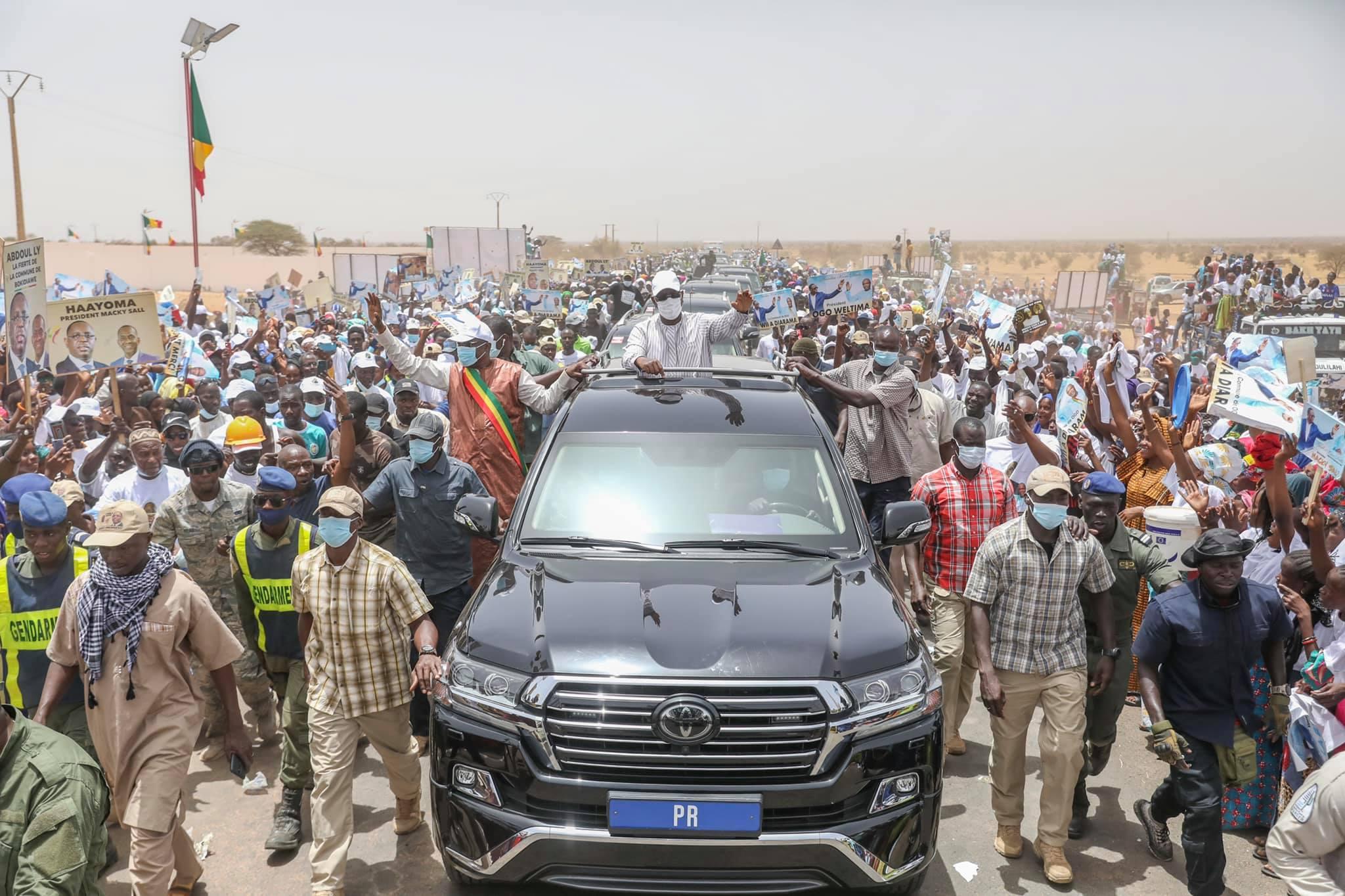 Arrêt sur image - Macky Sall invite le Dg de l'Artp, Abdoul Ly à le rejoindre sur son véhicule (4)