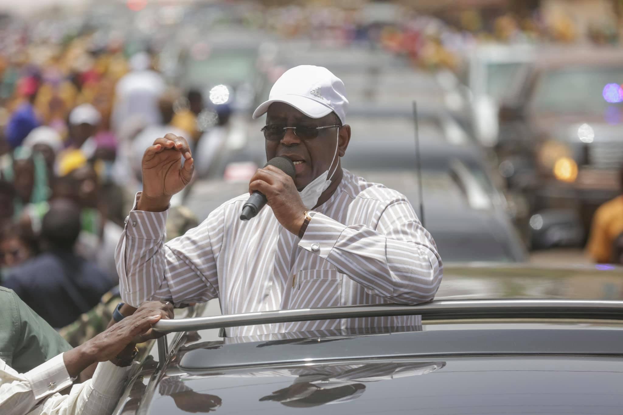 Arrêt sur image - Macky Sall invite le Dg de l'Artp, Abdoul Ly à le rejoindre sur son véhicule (5)