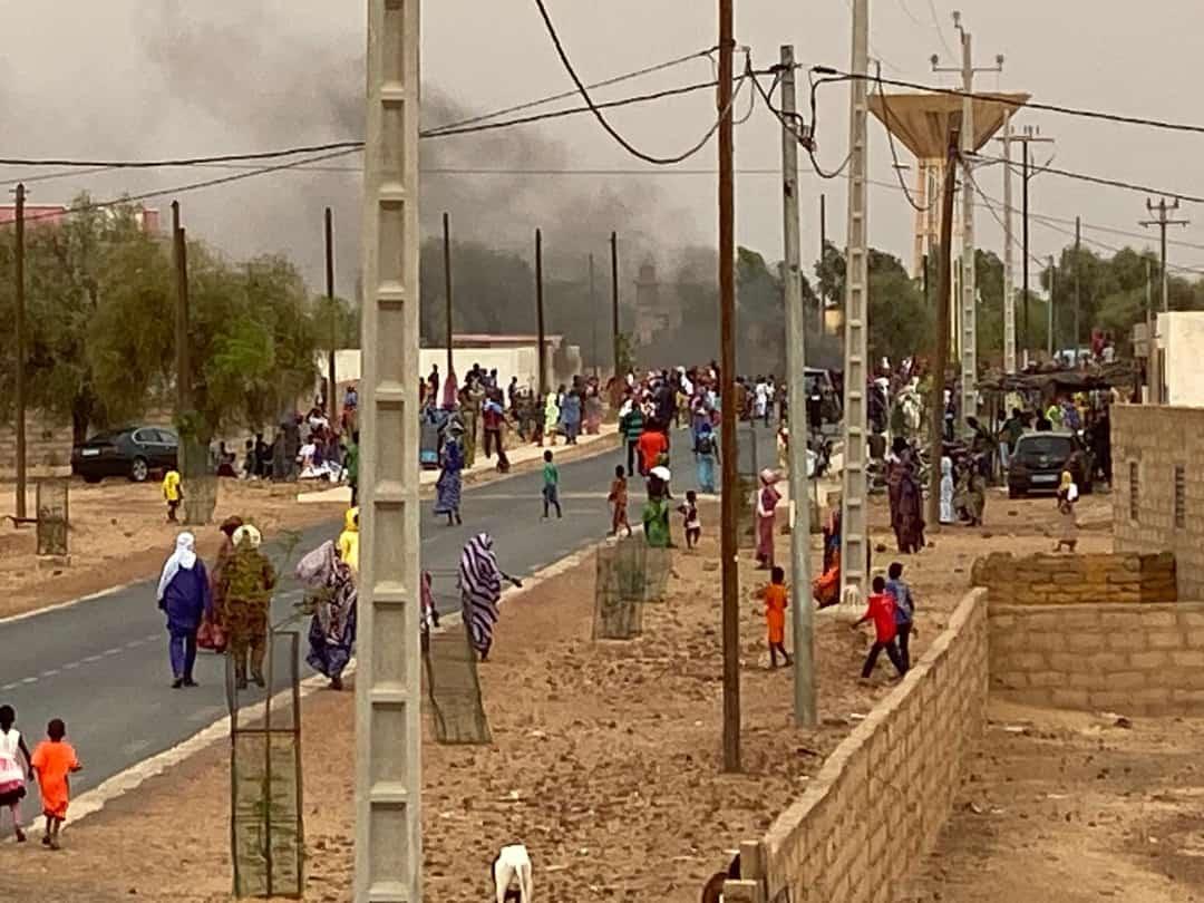 Vidéo - La maison de Macky Sall incendiée à Ndouloumadji Founébé