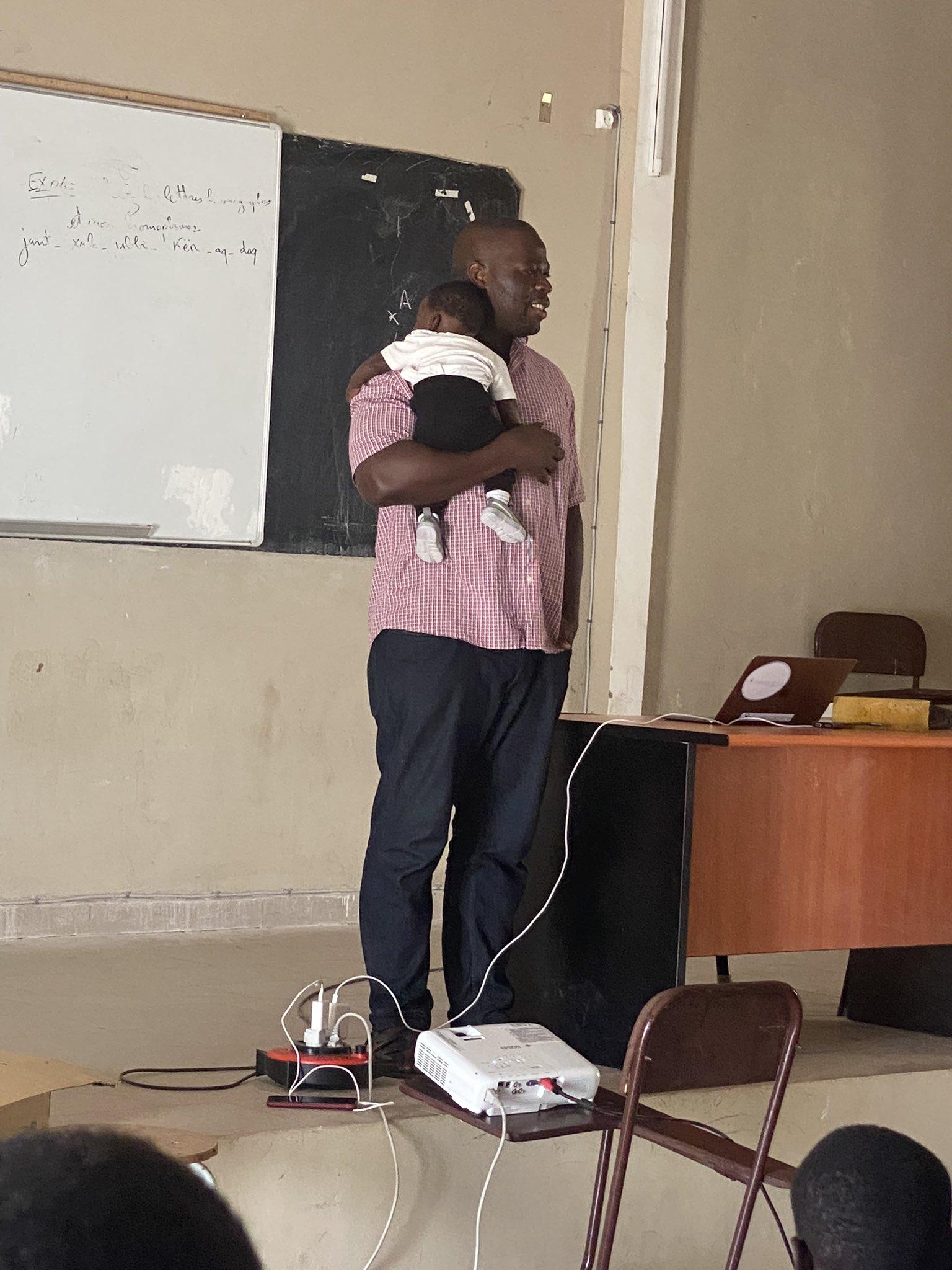 Labaly Touré, un professeur d'une université à Kaolack au Sénégal porte bébé de son étudiante