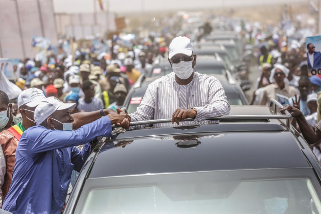 Macky Sall serre la main de Abdoul Ly Directeur Général de l'Artp