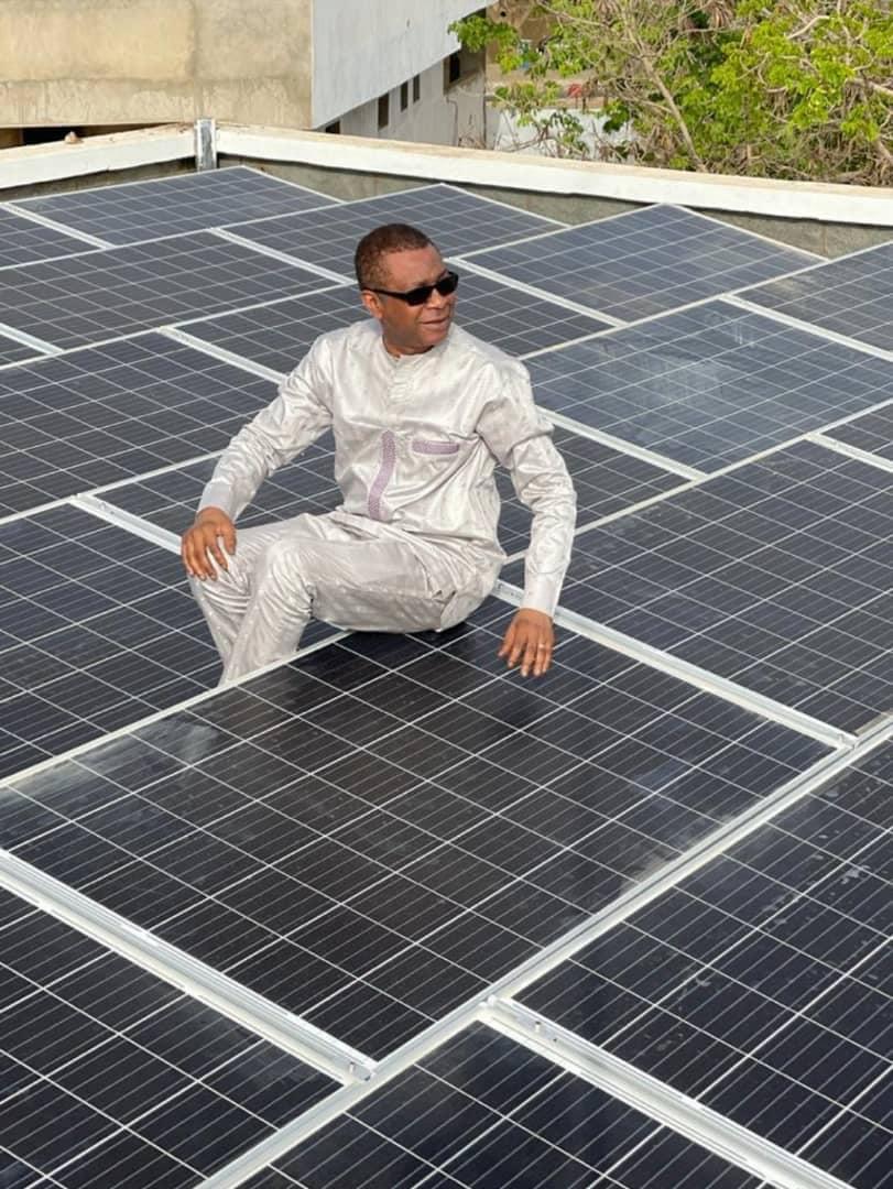 Youssou Ndour installe des panneaux solaires pour l'énergie propre